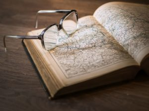 Buch mit Landkarte