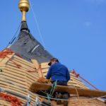 Dachdecker auf der Turmspitze