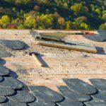 Dachziegeln aus Schiefer schneiden