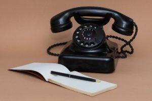 Telefon und Notizblock