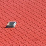 Ziegel in Rhombusdeckung und Dachfenster