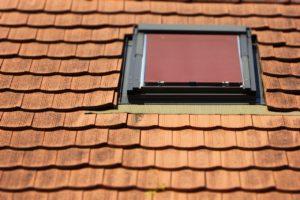 Dachfenster mit Rollo und Strangfalzziegeldeckung.