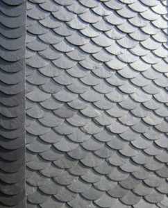 Dach mit Schiefer eingedeckt