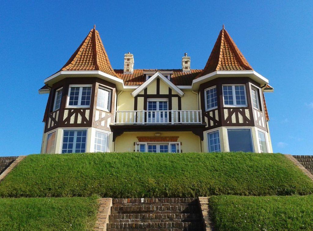 Haus mit Erkern mit Spitzdächern