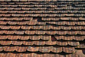Dach mit Strangfalzziegeln