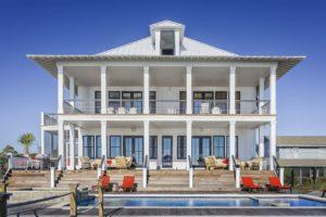 Haus mit Treppe und Säulen