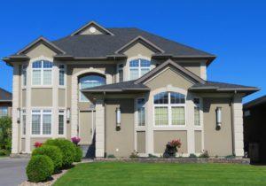 Haus mit Spitzdach und Dachgaube