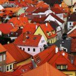 Häuser mit unterschiedlicher Dachdeckung