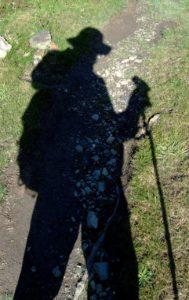 Schatten von Geselle mit Stenz auf Wanderschaft